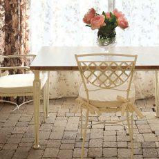 Conjunto de diseño en forja de mesa y sillas.